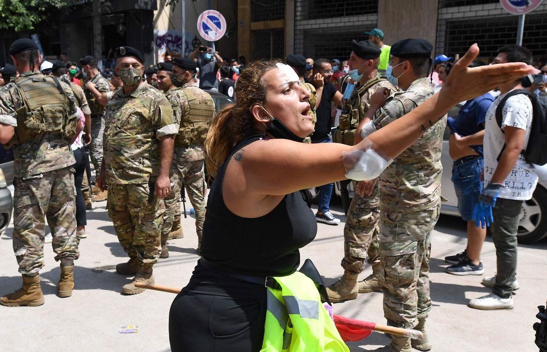 Demonstranten protestieren gegen die libanesische Regierung.