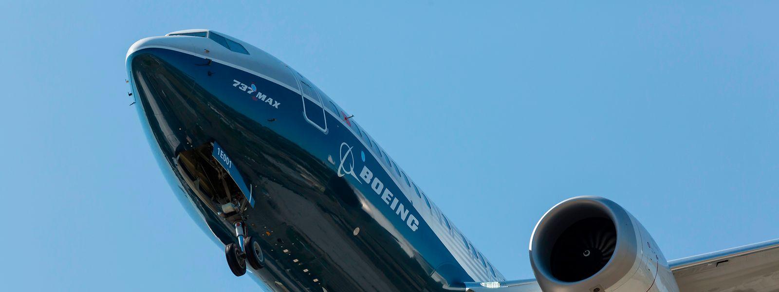 Eine Boeing 737 MAX 7 landet in Rahmen eines Testflugs in Seattle auf dem Boeing-Flugfeld.