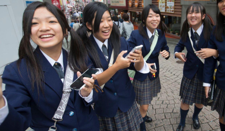 In Tokio ist die neueste Technologie allgegenwärtig - auch in den Händen dieser Schülerinnen.