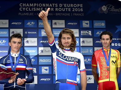 Peter Sagan (ao centro) é o novo campeão europeu de estrada