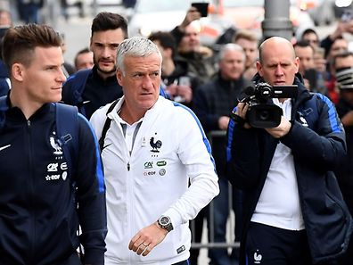 France's national football team head coach Didier Deschamps (C) arrives with his players at the hotel before a press conference at the Josy Bartel stadium in Luxembourg, on March 24, 2016, on the eve of the FIFA World Cup 2018 qualifying football match against Luxembourg.  / AFP PHOTO / FRANCK FIFE