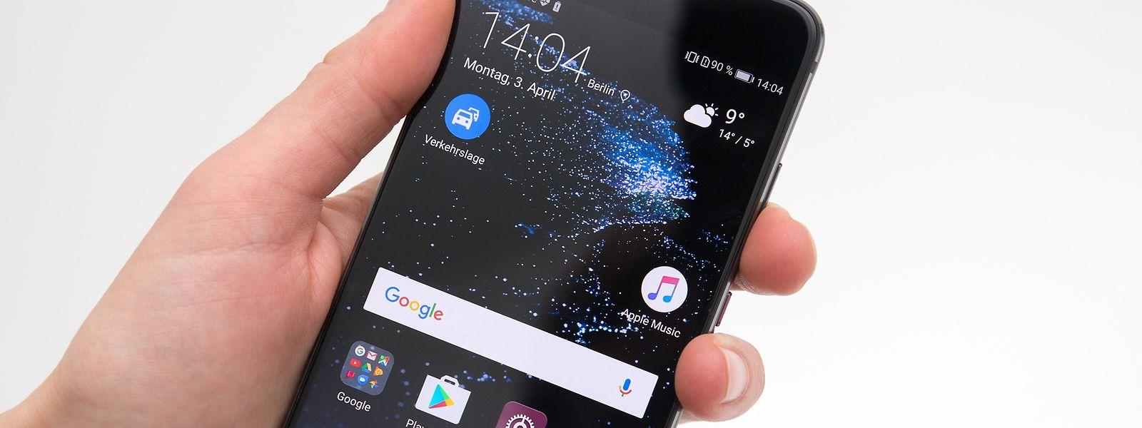 Das Huawei P10 liegt mit seinem 5,1 Zoll großen Bildschirm auch in kleineren Händen gut. Die Rückseite ist für glattes Aluminium erstaunlich griffig.