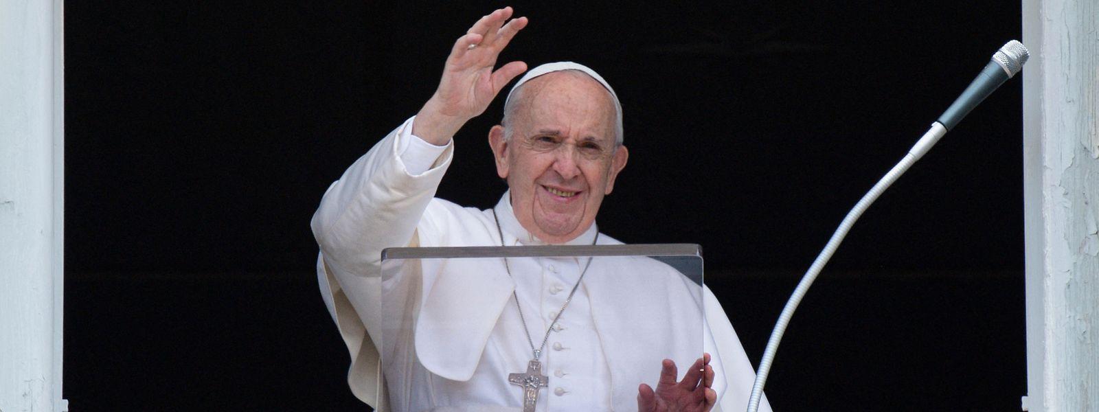 Francisco saudou alegremente o público na Praça de São Pedro, no Vaticano, este domingo, antes de ser anunciada publicamente a cirugia.