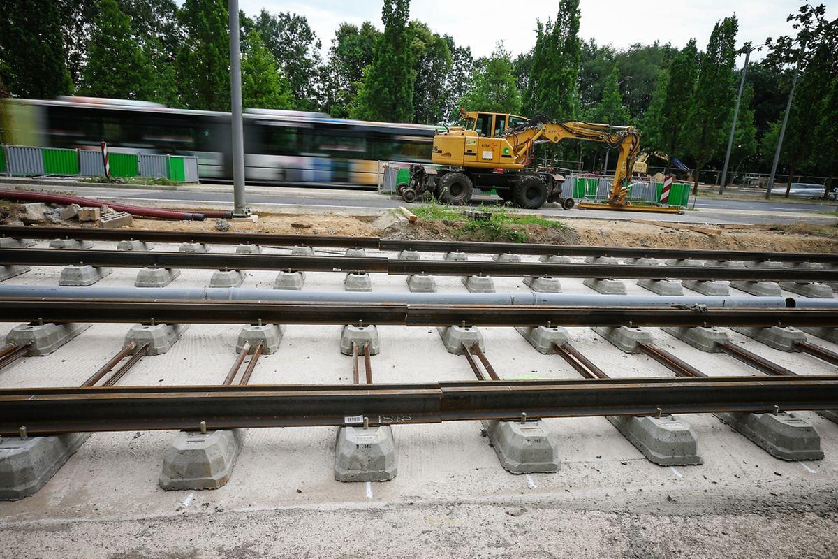 Auf einem ganz kurzen Streckenabschnitt, zwischen der Coque und der Uni, wurden erste Gleise verlegt.