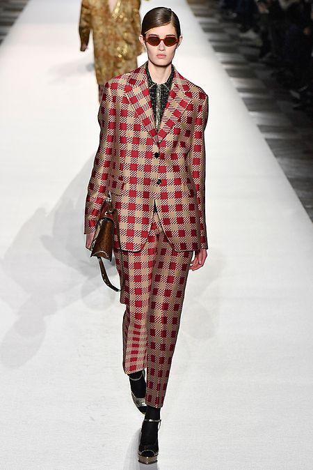 Dass man in Anzügen mit Karomuster nicht unweigerlich an einen Clown erinnert, beweist der Look von Dries Van Noten.