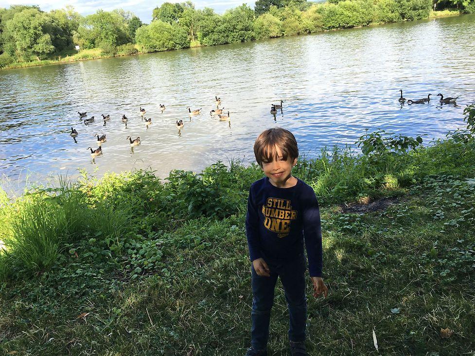Der Fünfeinhalbjährige liebt das Spielen in der Natur.