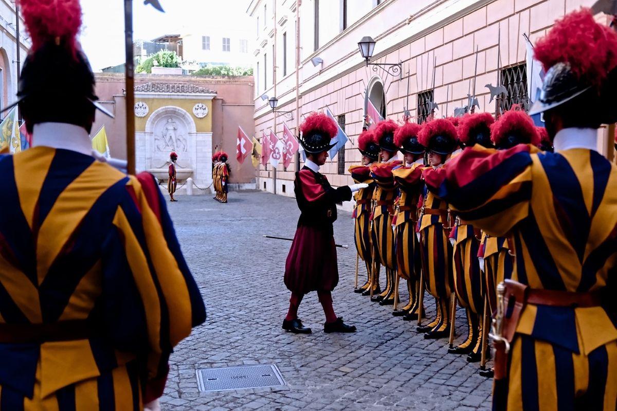Schweizergardisten beim Exerzieren im Vatikan.