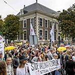 Manifestantes holandeses marcham contra o passe sanitário