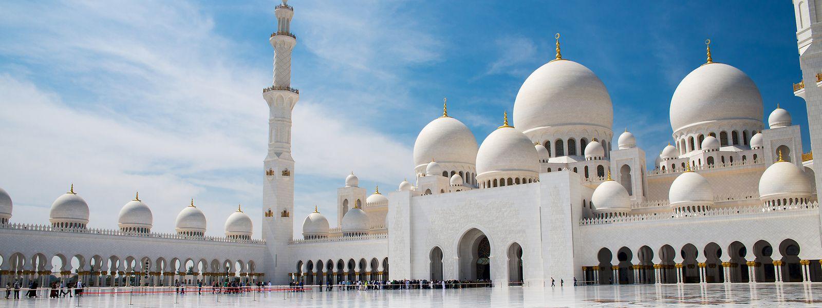Die Scheich-Zayid-Moschee ist weit über die Grenzen Abu Dhabis hinaus bekannt. Sie gilt als größte Moschee in den Vereinigten Arabischen Emiraten und ist auch unter den größten der Welt vorne mit dabei.