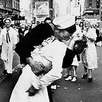 Morreu o marinheiro lusodescendente do beijo icónico em Nova Iorque