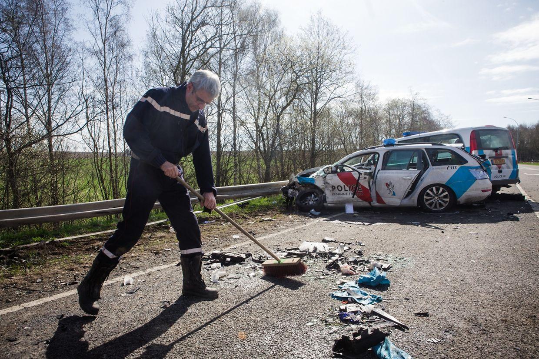 Bei dem Unfall nach einer Verfolgungsjagd kam ein Polizist ums Leben, eine Beamtin wurde schwer verletzt, drei weitere Polizisten leicht.