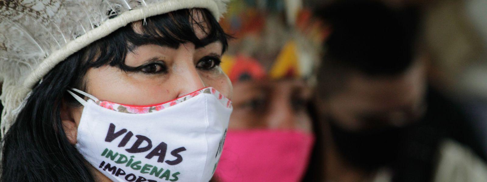 """Milena Kokama, Anführerin der Indigenen vom Volk der Kokama, Brasilien, trägt einen Mundschutz mit der Aufschrift """"Das Leben der Indigenen ist wichtig""""."""