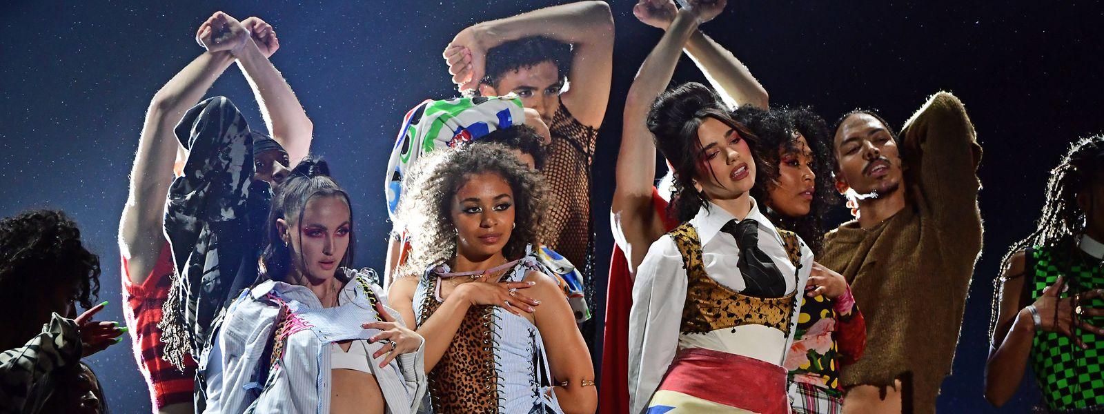 Die Sängerin Dua Lipa (Mitte rechts) performt während der Brit Awards 2021 in der O2 Arena.