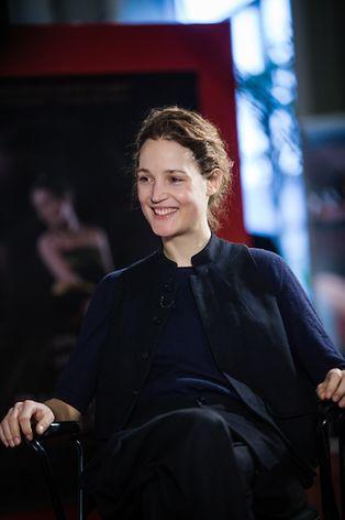 Im Film spielt sie eine Kellnerin, die sich einen Modemacher verliebt.