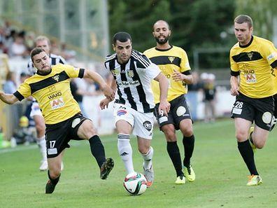 Mickäel Garos à droite) et Hakim Menaï (en arrière plan) ont pruis du recul avec le Progrès. Provisoirement nous dit-on au club.