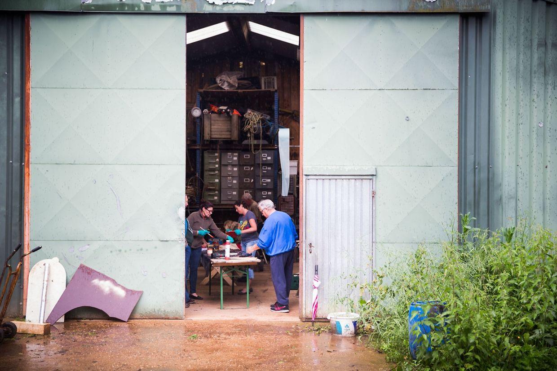 """Draußen regnet es, mal wieder. Die Freiwilligen von """"Biereng 21"""" haben den Schutz einer Scheune am Rand von Düdelingen aufgesucht. Schon von außen ist ein Surren zu hören, das das Plätschern des Regens übertönt."""