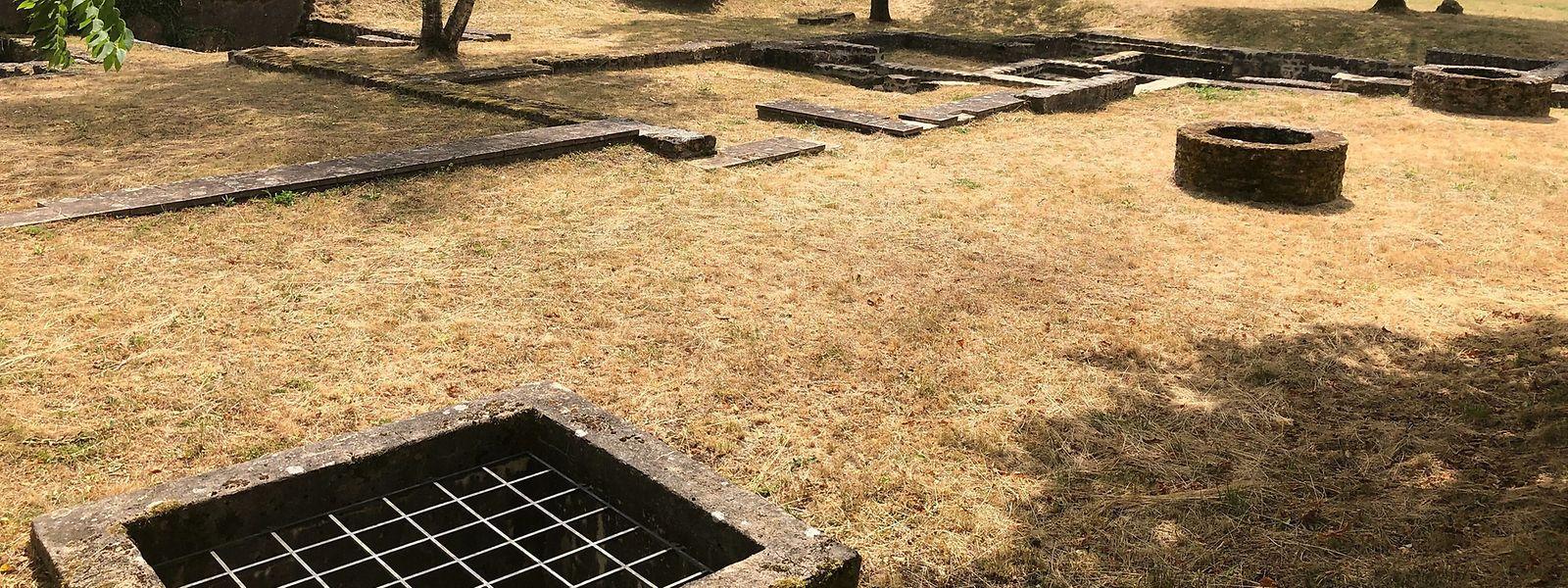 Grundrisse der Häuser und restaurierte Brunnen sind heute noch zu sehen.