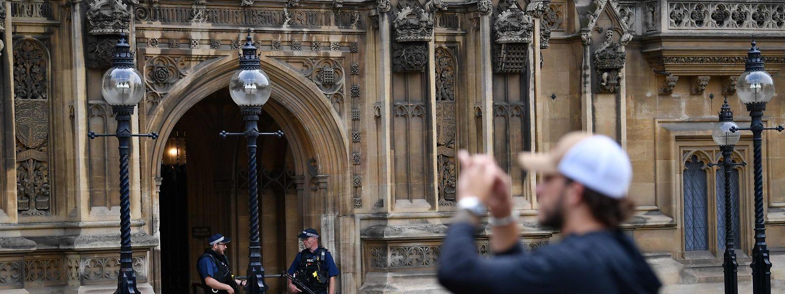 La rentrée parlementaire est prévue mardi. Les députés ne siègeront donc que quelques jours avant une suspension jusqu'au 14 octobre.