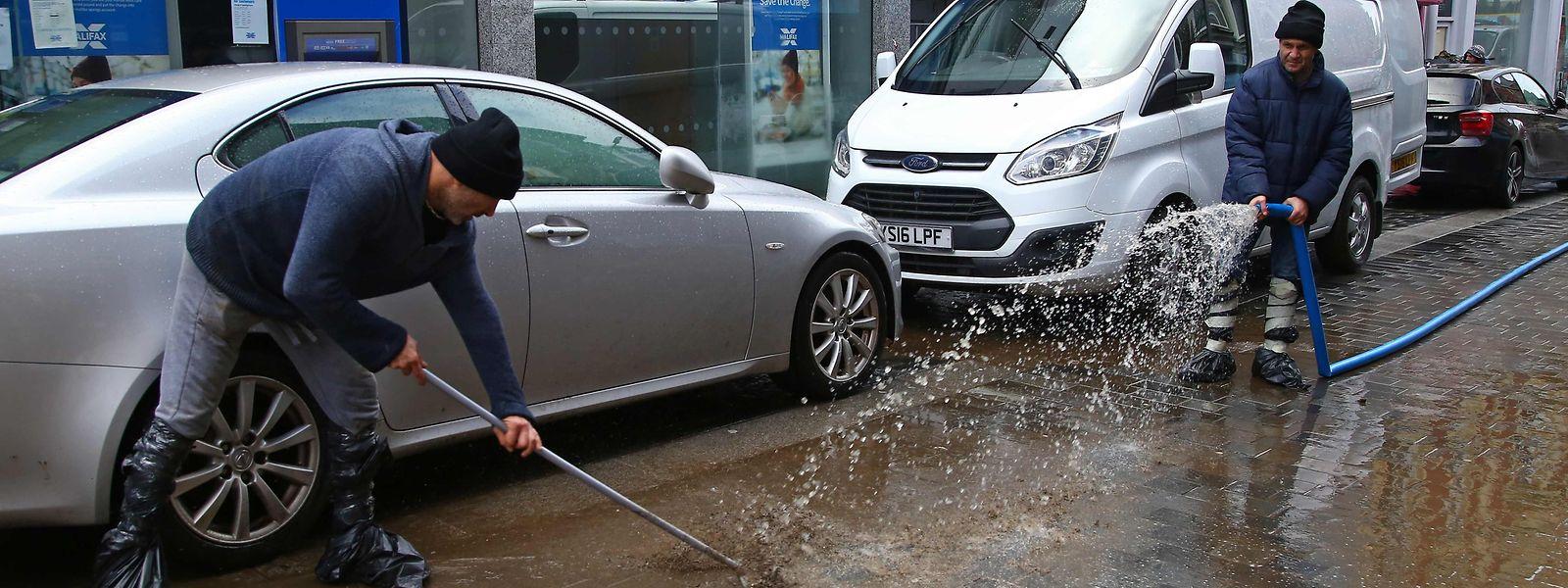 In Großbritannien - wie hier in Wales - gab es wegen der ausgiebigen Niederschläge zahlreiche Überschwemmungen.