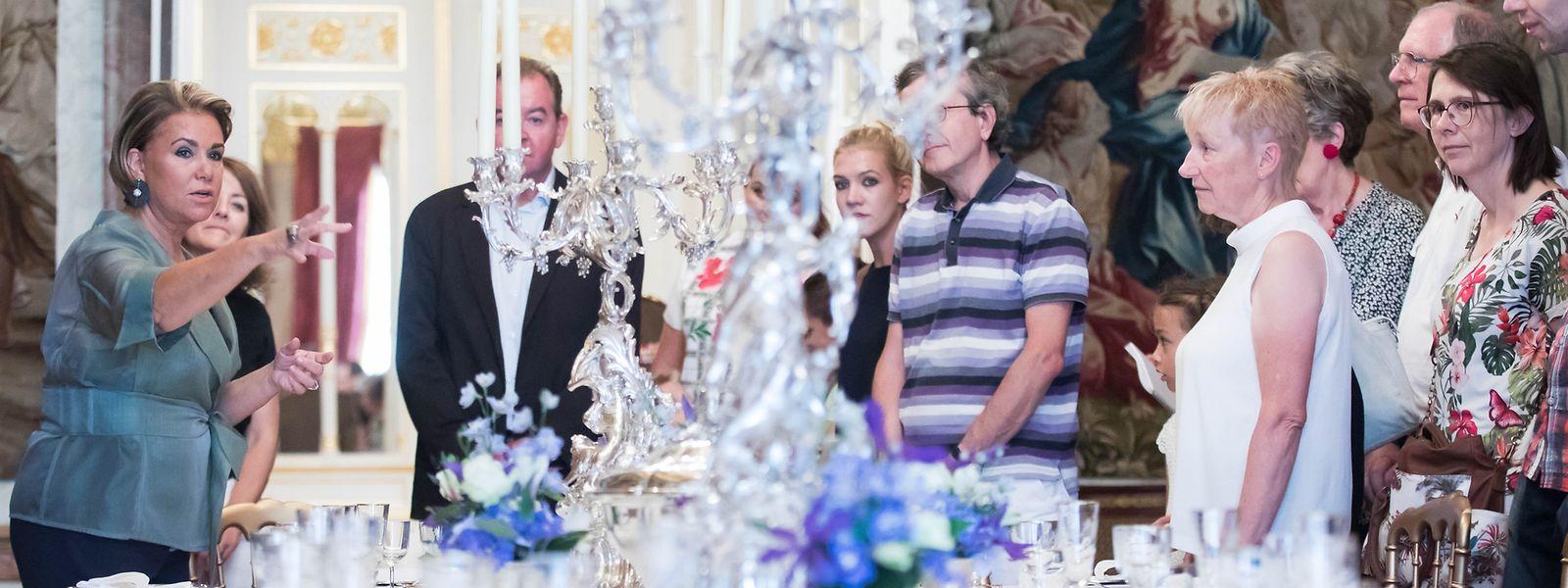Großherzogin Maria Teresa (l.) führt die Besucher durch den großherzoglichen Palast.