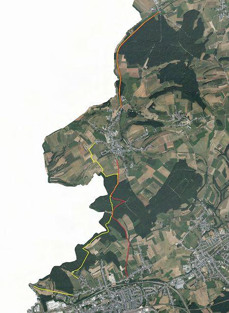 Diese Karte zeigt die Grenze zwischen Grass (oben) und Petingen (unten). Küntzig befindet sich in der Bildmitte. Der von der Regierung geplante Schutzzaun (rot) verläuft weiter von der Grenze zu Belgien (weiße Fläche) entfernt als die Alternativvariante der Gemeinde Käerjeng (gelb).