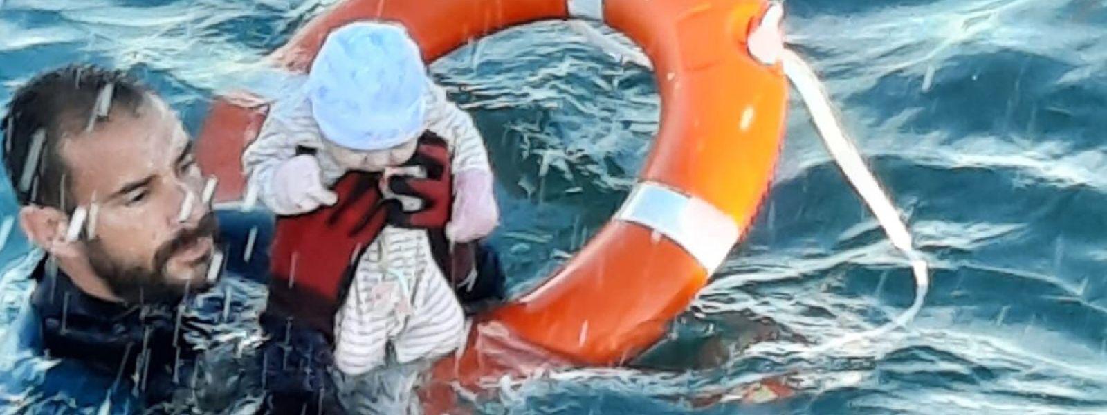Ceuta: Auf diesem von der spanischen Guardia Civil zur Verfügung gestellten Bild rettet Juan Francisco Valle, Taucher der spanischen Polizeieinheit Guardia Civil, ein Baby im Meer inmitten der Flüchtlingskrise vor der Küste des spanischen Exklave Ceuta. Das Baby wurde von der im Wasser treibenden Mutter auf dem Rücken getragen.