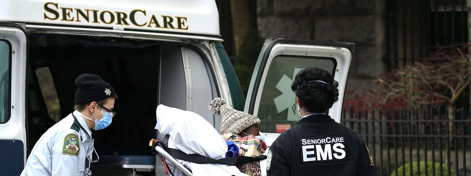 Im Seniorenheim Andover vor den Toren New Yorks wütete das Corona-Virus besonders heftig. Traurige, vorläufige Bilanz: 70 Tote und Dutzende Neuinfektionen unter den 420 Bewohnern und dem Pflegepersonal. Bis heute gibt es in dem Heim keine ausreichende Zahl an Masken oder Schutzkleidung.