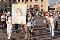 17.08.2020, Belarus, Minsk: Zwei Frauen tragen ein Bild der oppositionellen Präsidentenkandidatin S. Tichanowskaja, die den Sieg bei der Wahl am 9. August für sich beansprucht, am Rande einer Demonstration auf dem Unabhängigkeitsplatz. Sie ist bereit, nach einem Rücktritt von Staatschef A. Lukaschenko die Führung im Land zu übernehmen. Die Demonstranten fordern den Rücktritt von Lukaschenko. Foto: Ulf Mauder/dpa +++ dpa-Bildfunk +++