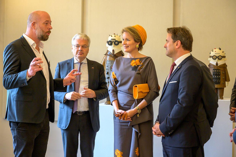 Von links nach rechts: Der belgische Plastiker Stéphane Halleux, der belgische  Vizepremier Didier Reynders, Königin Mathilde und Premierminister Xavier Bettel.
