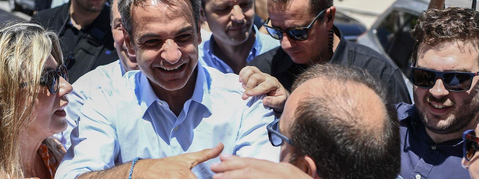 Der griechische Oppositionsführer Kyriakos Mitsotakis wird in der Stadt Almyros am 2. Juli begrüßt.