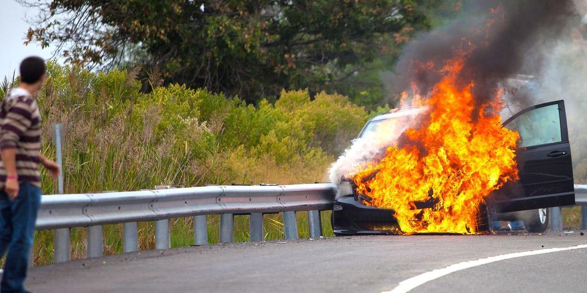 Eine beschädigte Leitung kann reichen, damit ein Fahrzeug Feuer fängt.