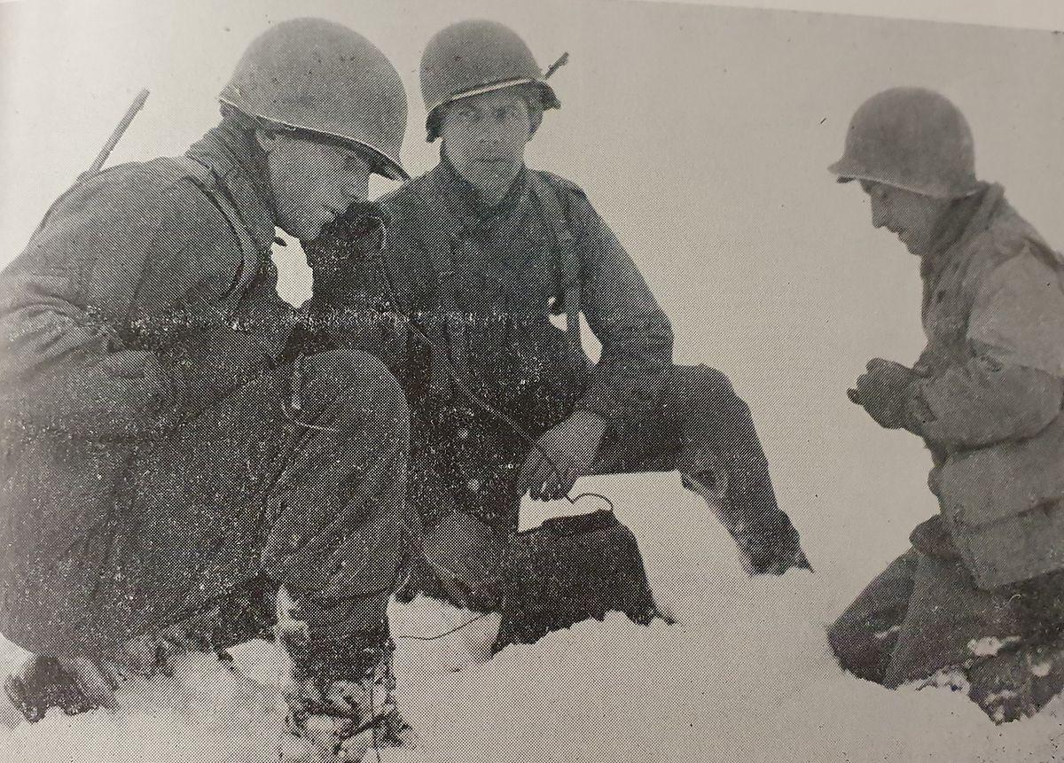 O capitão Joseph Lourenço, da 26 Divisão de Infantaria, a Yankee Division, instala um posto de comunicações à entrada de Wiltz.