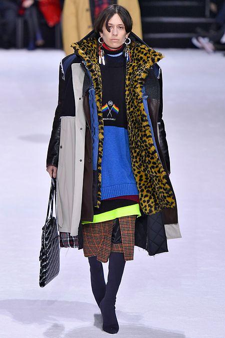 Einer geht noch: Balenciaga mischt beim Mantel-Layering ganz vorne mit.