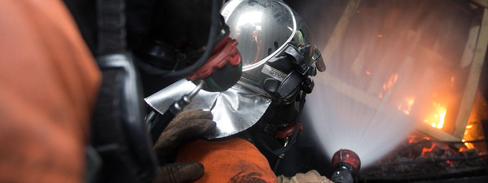 Eine der großen Herausforderungen ist die Ausbildung. Auf dem Bild zu sehen ist ein Training auf der regionalen Atemschutz-Geräte-Träger-Ausbildungsanlage bei Wasserbillig.