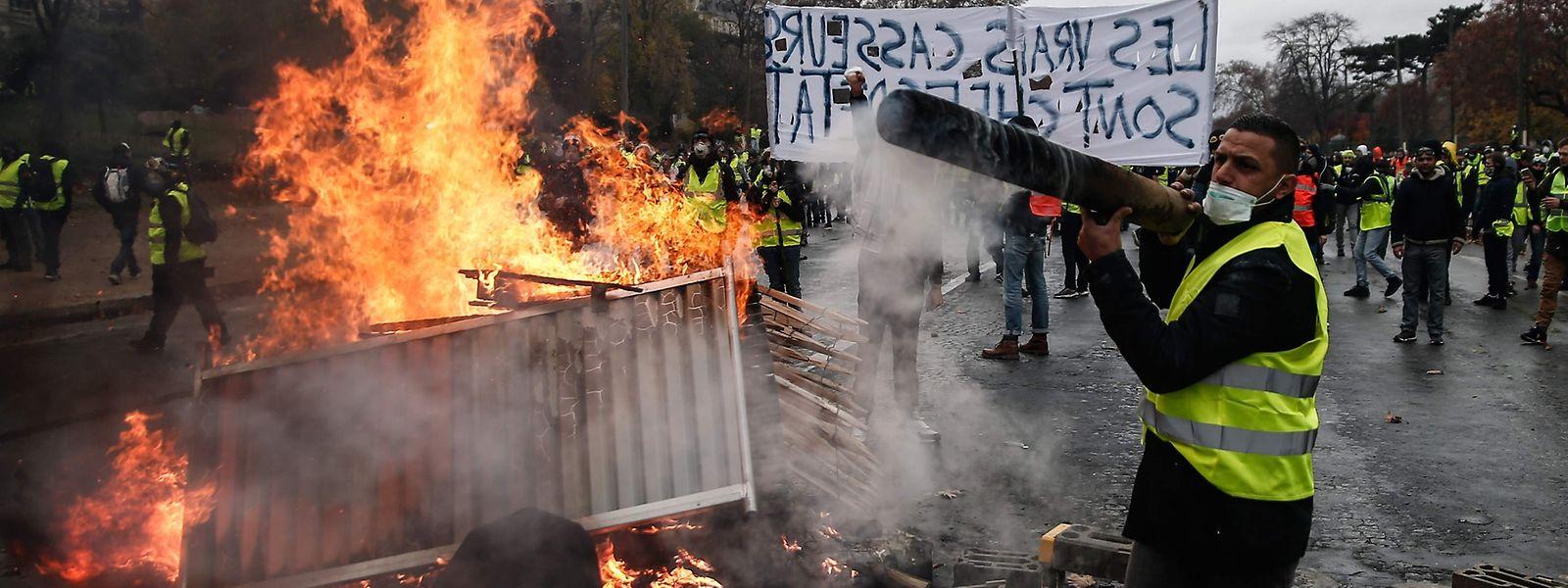 """Die """"Gilets jaunes"""" hatten am Wochenende in Paris für massive Störungen gesorgt."""