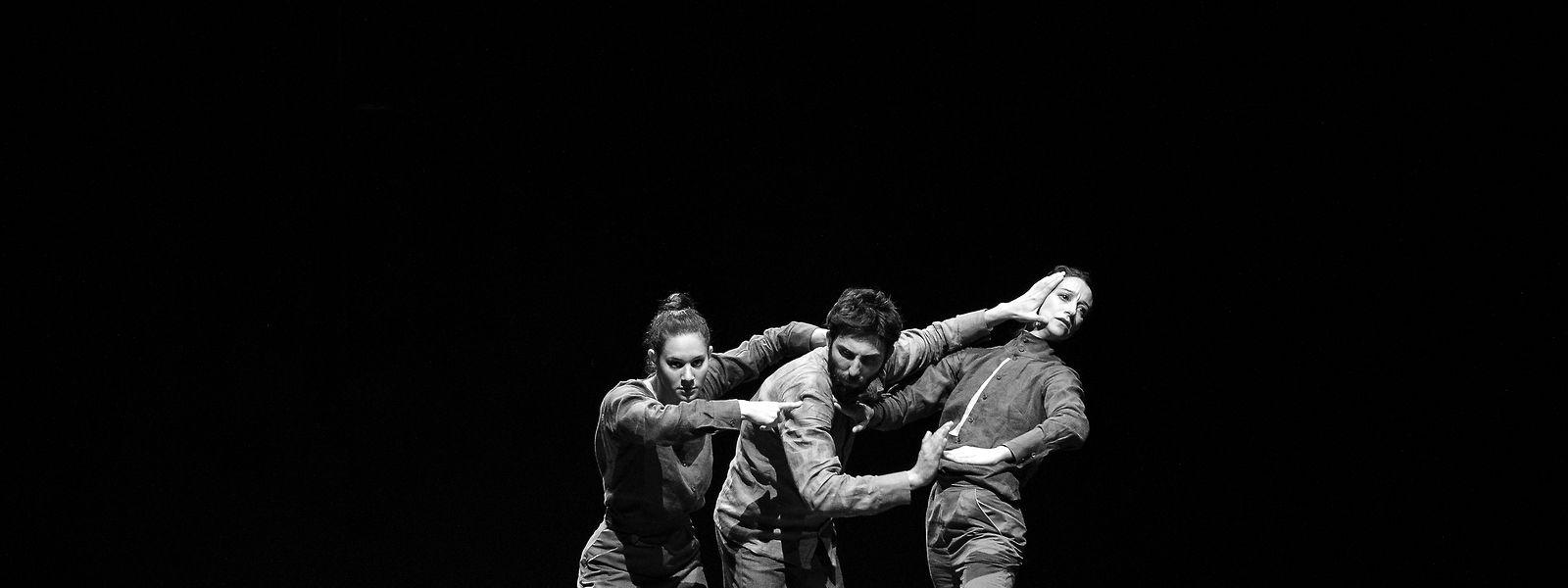 """Die Verbindung von Komplexität des Tanzes und Einfachheit der Körpersprache: Momentaufnahme aus dem Stück """"Rule of Thirds"""" von Sao Castro und Antonio Cabrita"""