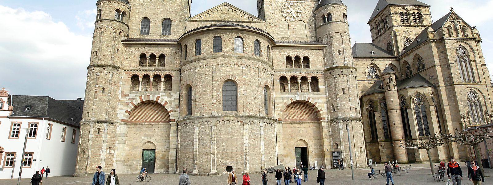 Der Domfreihof in Trier. Zum Bischof-Stein-Platz hinter dem Dom geht es durch die Windstraße am linken Bildrand.