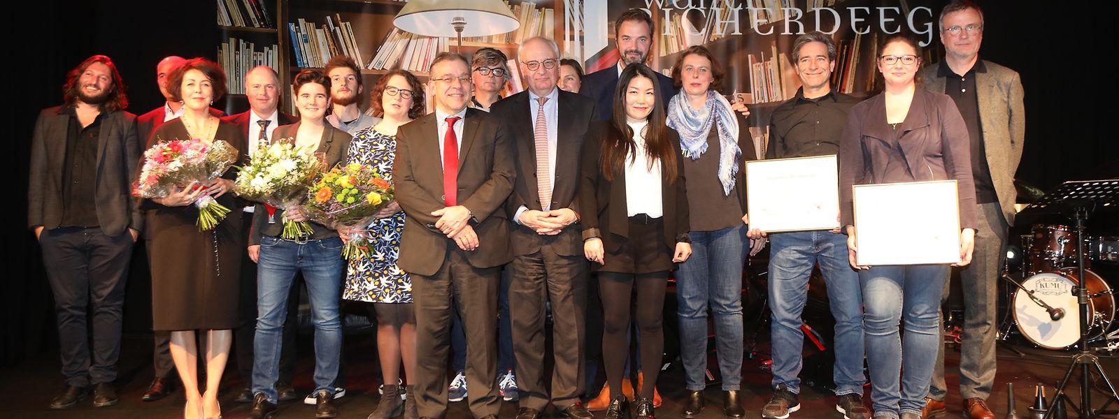 Nach der Überreichung stellten die Gewinner sich mit den Organisatoren und Staatssekretär Guy Arendt den Fotografen.
