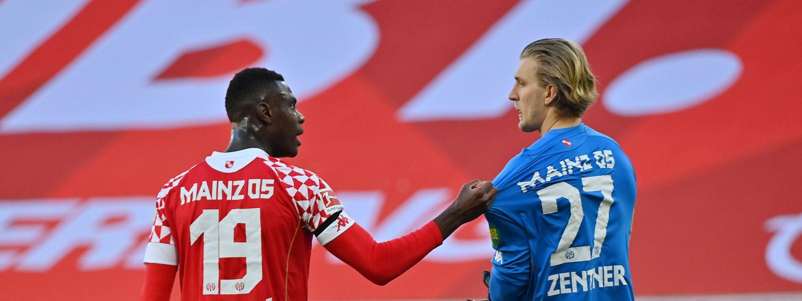 Moussa Niakhaté (l.) tröstet den Mainzer Torwart Robin Zentner, der sich gegen Augsburg einen folgenschweren Fehler leistet.