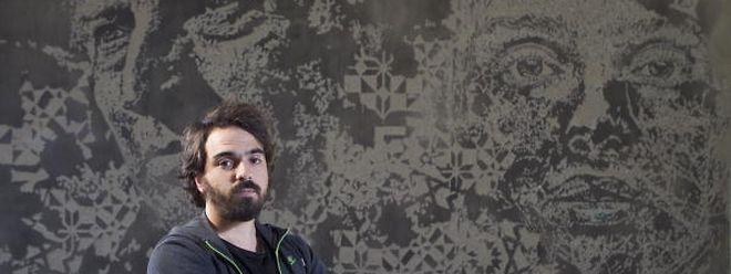 Vhils, nome artístico de Alexandre Farto, diante da sua obra no Freeport do Luxemburgo