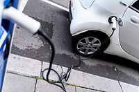 ARCHIV - 05.08.2019, Baden-Württemberg, Stuttgart: Ein Auto steht an einer Elektroladestation in der Innenstadt. (zu dpa «Nur ein Drittel der reinen E-Autos in Großstädten zugelassen») Foto: Edith Geuppert/dpa +++ dpa-Bildfunk +++