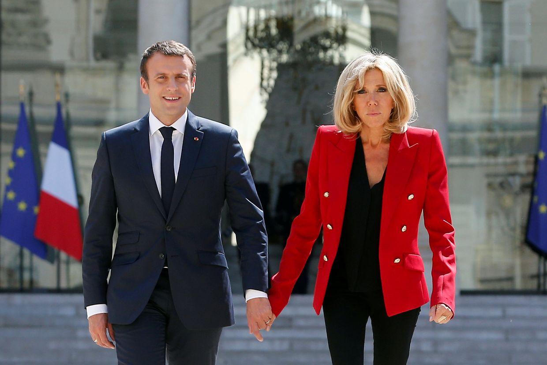 Brigitte Macron, hier am Tag vor ihrer Abreise nach Hamburg in Paris, wird sicher ebenso im Rampenlicht stehen...