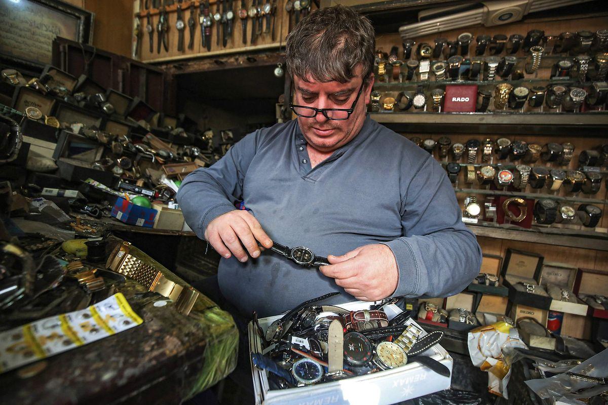 L'artisan raconte avoir réparé des modèles suisses très chers, dont des montres Patek Philippe.