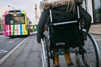 Die Fahrt mit dem herkömmlichen öffentlichen Transport ist für Menschen mit Behinderung oft unmöglich. Der Adapto-Dienst bietet ihnen eine Alternative.