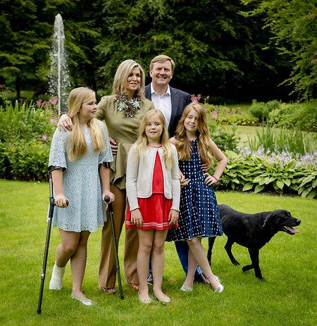 König Willem Alexander, Königin Máxima und (von links) Prinzessin Amalia, Prinzessin Ariane und  Prinzessin Alexia beim Fototermin.