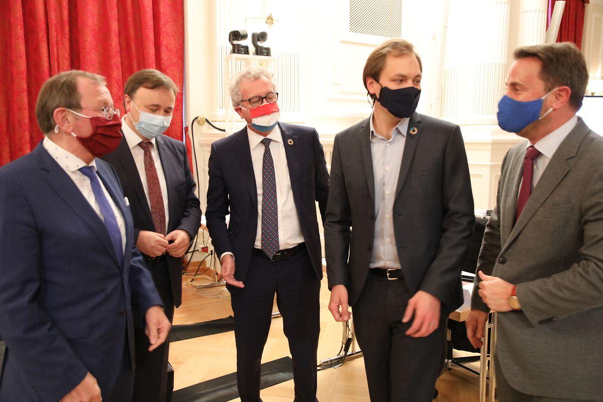 Die Regierungsmitglieder Xavier Bettel (r.) und Pierre Gramegna im Gespräch mit Parlamentspräsident Fernand Etgen (l., dem Vorsitzenden der Budgetkommission André Bauler (alle DP) und Budget-Berichterstatter François Benoy (2.v.r., Déi Gréng).