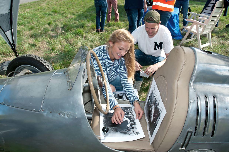 Catherine und Maurice kennzeichnen die historischen Autos.