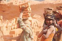 Enfants travaillant dans une briquerie au Népal.