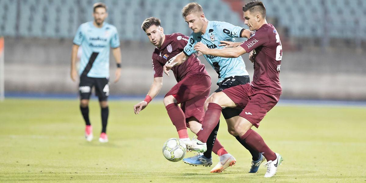 Dave Turpel passe entre Constantin Paun et Ovidiu Hoban. L'attaquant dudelangeois a été le détonateur de cette rencontre contre Cluj.