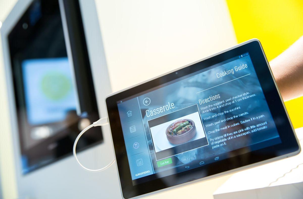 Mit Hilfe von Smartphones undTablets lassen sich im Smart Home vernetzte Geräte steuern - etwa der Backofen.